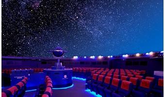 プラネタリウムで星空を眺めるデート
